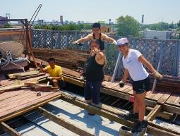 Construïnt la teulada sota el sol